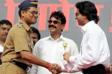 Constable greets MNS chief, criticises seniors