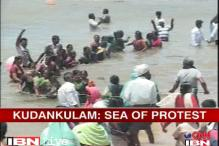 Kudankulam protesters form human chains in sea