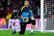Barcelona goalie Valdes rejects contract renewal offer