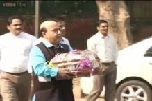 BJP gives Sheila Dikshit a basket of onions as Diwali gift