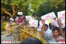 Police drag anti-Telangana protestors away from PM's residence