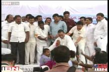 United AP protest: MP pulled down from stage by Telangana supporters
