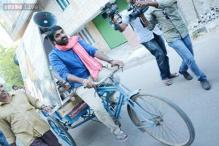Vijay Sethupathi promotes 'Pannaiyarum Padminiyum' in a tricycle