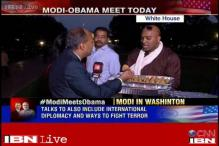 Indian-Americans treat performers outside White House with samosas