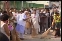 Watch: PM Modi wields the broom to mark 'Swachh Bharat Abhiyan'