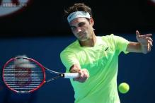 Roger Federer overcomes sore hand to advance at Australian Open