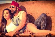 Akshay Kumar cosies up with Amy Jackson in the first still of 'Singh is Bliing'
