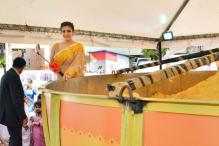 Raveena Tandon visits Andheri Cha Raja, unveils world's biggest Besan Ladoo