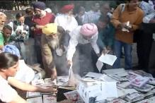 Sikhs protest at Jantar Mantar against writers returning awards