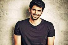 Aditya Roy Kapoor serenades Delhi fangirls with his rendition of 'Fitoor'