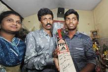 Sachin Tendulkar gifts his bat to Pranav Dhanawade after his historic 1009-run innings