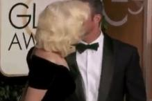 Golden Globe Awards 2016: Lady Gaga, fiance Taylor Kinney enjoy a brief kiss while posing at the red carpet