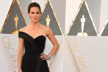Look of the day: Jennifer Garner owns the Oscars red carpet in this off-shoulder Atelier Versace gown
