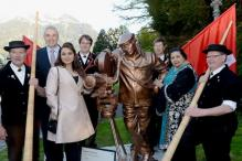 Rani Mukerji, Pamela Chopra Unveil Yash Chopra's Bronze Statue