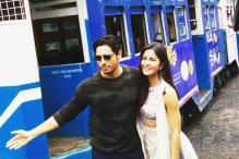 Sidharth Malhotra, Katrina Kaif Have a Ball Dancing to Kala Chashma on a Kolkata Tram