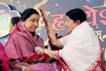Lata Mangeshkar Gives Blessings to Sister Asha Bhosle on Birthday