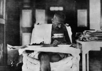 Lata Mangeshkar, Amitabh Bachchan and other Celebrities Remember Mahatma Gandhi