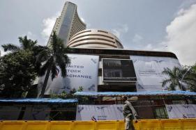 Sensex Surrenders Early Gains, Sheds 95 Points on Global Cues