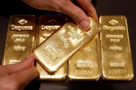 Gold Near Four-week High as Political Uncertainty Weighs on Dollar