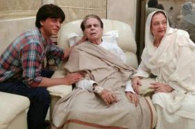 Dilip Kumar's 'Mooh-bola' Son Shah Rukh Khan Pays Him a Visit