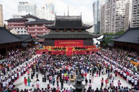 Shanghai Temple Moves 2,000-tonne Hall on Rails to Ease Crowding