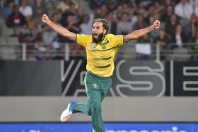 Imran Tahir Gives Pakistan's Shadab Khan Bowling Tips