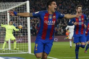Suarez, Paulinho Power Barcelona to Big Lead Ahead of Clasico