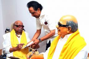 Karunanidhi Gives Rare 'Darshan' to DMK Cadre, Sets Off Comeback Buzz