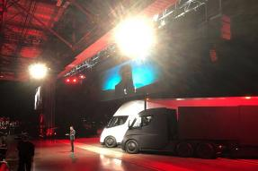 Tesla Semi Electric Truck Unveiled, Gets Electric Range of 800 Km