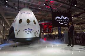 SpaceX to Send First Paying Tourists Around Moon in 2018