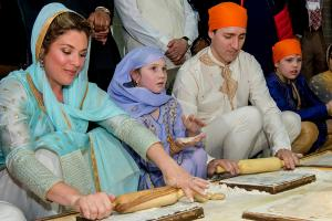 PHOTOS: Trudeaus Offer Prayers at Golden Temple, Make Rotis