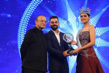Miss World 2017 Manushi CHillar recieves the Special Achivement award from VIrat Kohli