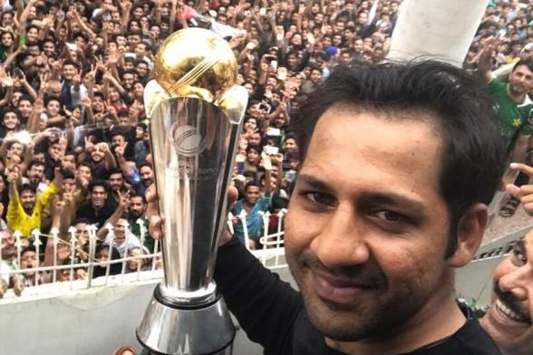 Sarfraz Ahmed & Boys Given Hero's Welcome By Pakistan Fans