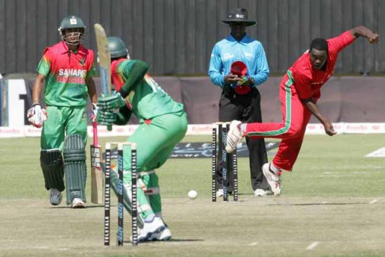 Elton Chigumbura was the most successful Zimbabwe bowler, picking up 3 for 39 in his 10 overs. (AFP)