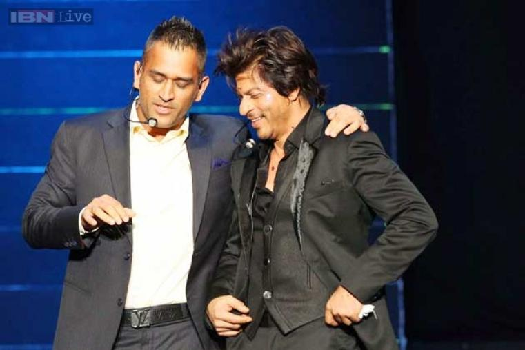 MS Dhoni and Shah Rukh Khan share a light moment during the event.