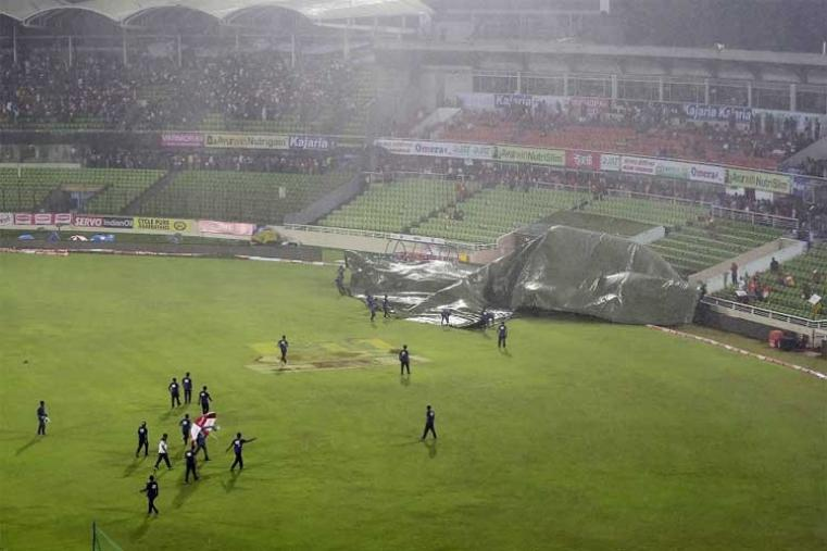 The match has been reduced to 15 overs a side after heavy rain and strong winds delayed the toss by around two hours. (AFP Photo)