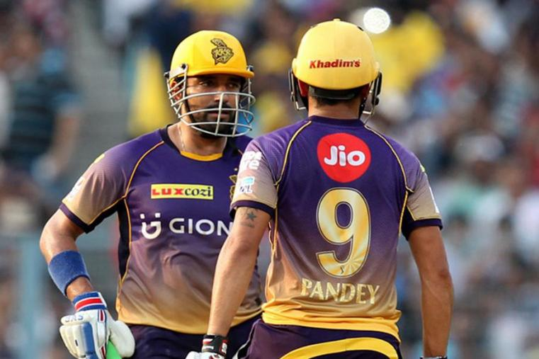 Robin Uthappa talk to Manish Pandey after hitting a boundary against SRH. (BCCI Photo)