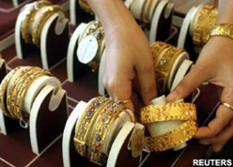 Gold tumbles globally, cheapest glitter in Delhi