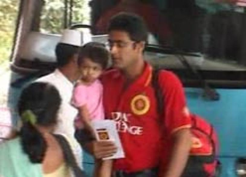 Dravid, Kumble land in Jaipur with families for IPL match