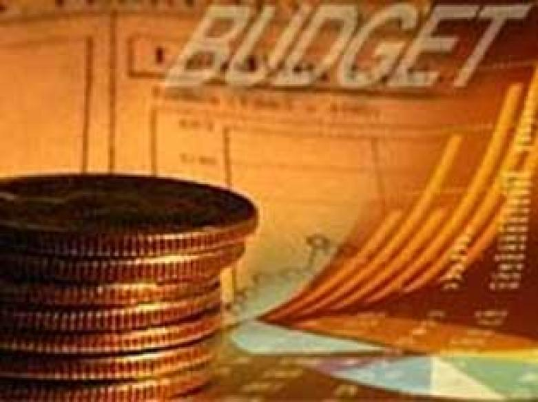 Budget reax: <a href='http://ibnlive.in.com/news/interim-budget-a-fine-balancing-act-manmohan-singh/85532-3-1.html'>PM happy</a> | <a href='http://ibnlive.in.com/news/not-surprised-by-plainvanilla-budget-india-inc/85482-3.html'>India Inc not</a> | <a href='http://ibnlive.in.com/news/budget-ignores-aam-admi-recession-says-opposition/85533-3-1.html'>Opposition upset</a>