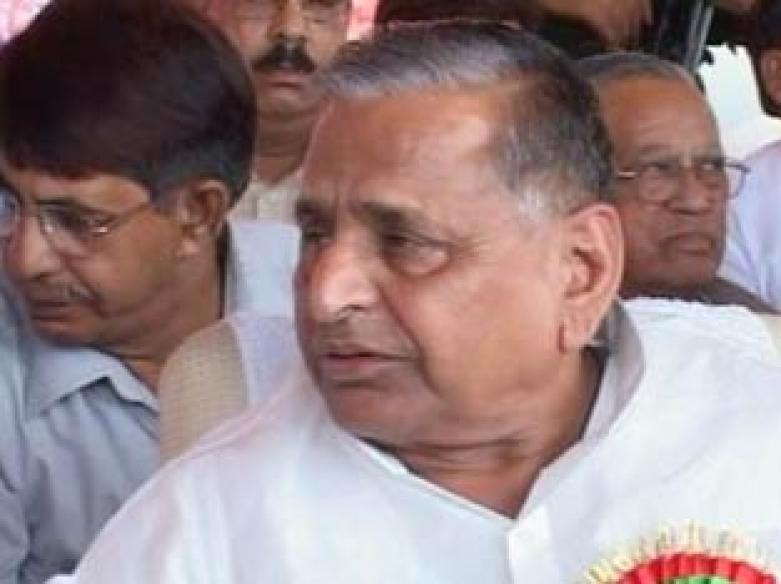 Mulayam-DM spat case: EC serves notice to SP chief