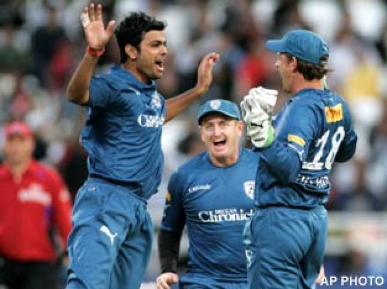 <a href='http://cricketnext.in.com/news/chennai-super-kings-elect-to-bat/40565-27.html'>IPL: Dhoni shines as Chennai reign supreme</a> | <a href='http://cricketnext.in.com/scorecard/match/full/213881.html'>Scorecard</a>