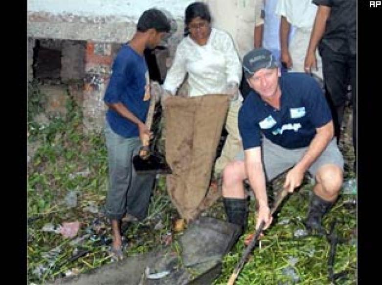 Steve Waugh cleans muck in Kolkata