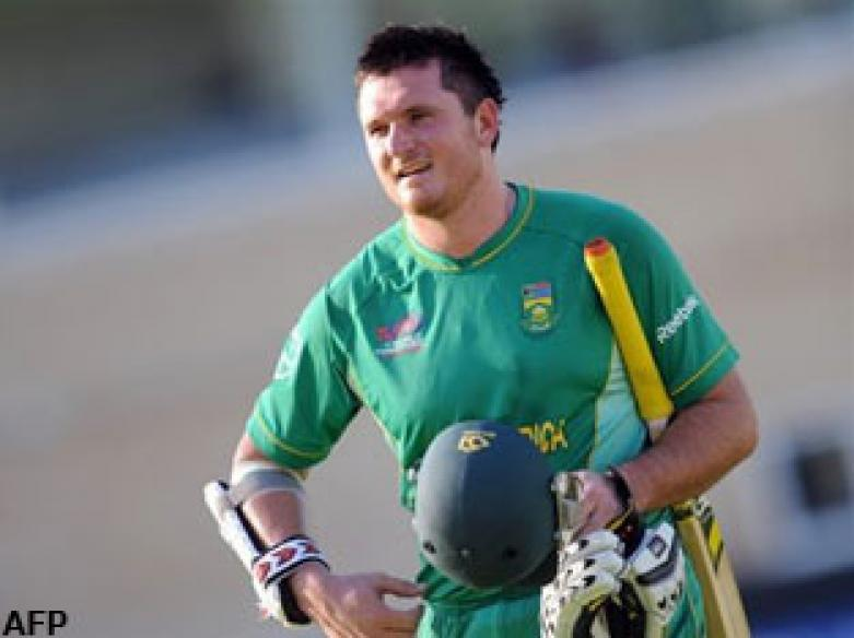 <a href='http://cricketnext.in.com/news/quick-wickets-peg-back-south-africa/41561-29.html'>T20: South Africa edge out Kiwis</a> | <a href='http://cricketnext.in.com/scorecard/match/full/nzsa0906.html'>Score</a> | <a href='http://cricketnext.in.com/slideshow/g670/view.html'>Pics</a> | <a href='http://cricketnext.in.com/news/stats-mccullum-on-par-with-gambhir/41565-29.html'>Stats</a>