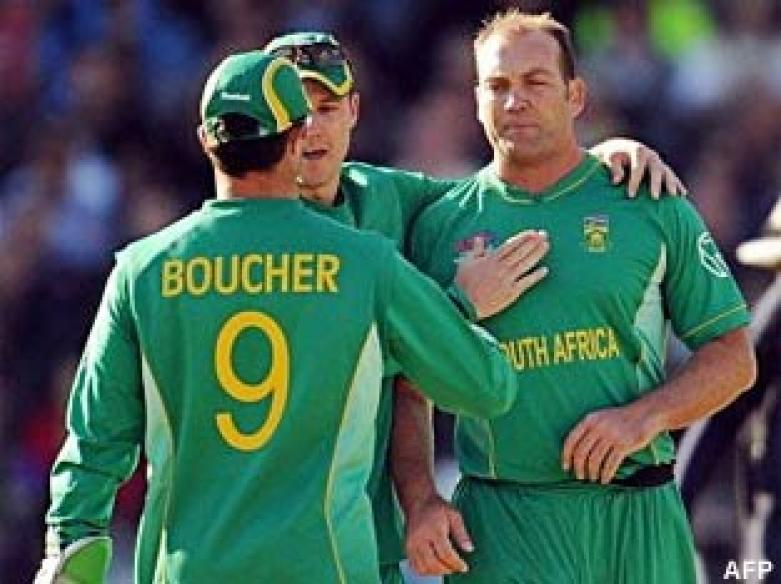 <a href='http://cricketnext.in.com/news/super-south-africa-crush-listless-england/41624-29.html'>T20: South Africa crush England</a> | <a href='http://cricketnext.in.com/scorecard/match/full/ensa1106.html'>Score</a> | <a href='http://cricketnext.in.com/slideshow/g672/view.html'>Pics</a> | <a href='http://cricketnext.in.com/news/stats-south-africa-equal-indias-t20-record/41635-29.html'>Stats</a>