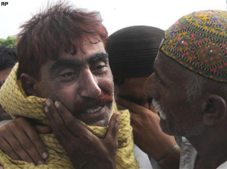 Pakistanis unite against Taliban, avenge attack