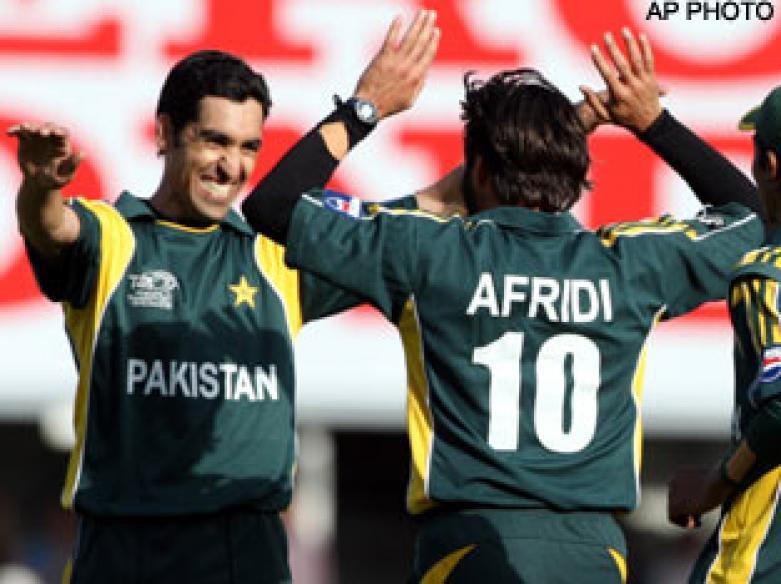 <a href='http://cricketnext.in.com/news/gul-grabs-five-to-keep-pakistan-alive/41687-29.html'>T20: Pak whip Kiwis by 6 wkts</a> | <a href='http://cricketnext.in.com/scorecard/match/full/nzpk1306.html'>Score</a> | <a href='http://cricketnext.in.com/slideshow/g676/view.html'>Pics</a>