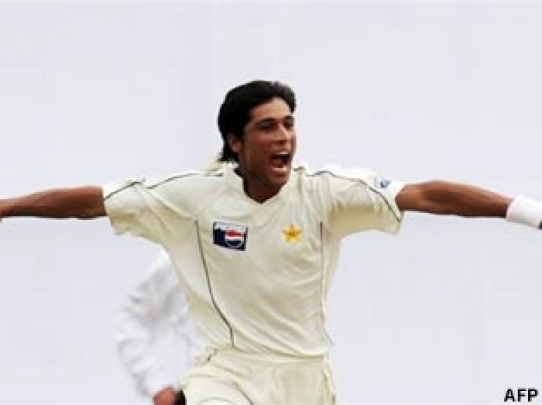 <a href='http://cricketnext.in.com/news/lanka-strike-after-being-bowled-out-for-292/42236-13.html'>Cricket: Pakistan's young brigade rattles Sri Lanka</a>