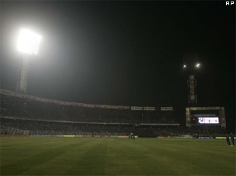 Floodlight goes off at Eden, stalls India-SL ODI