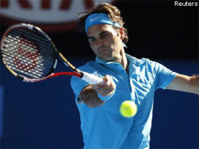 Federer wakes from slumber to overcome Davydenko